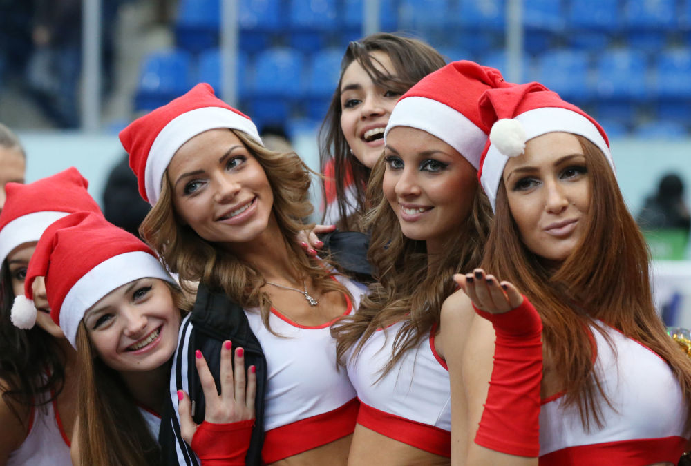 Roztleskávačky  týmu Nižního Novgorodu během zápasu Jednotné ligy Ruské obchodní banky