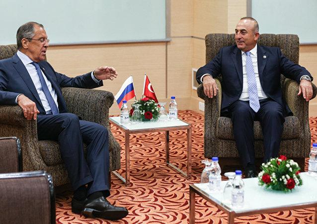 Mevlüt Çavuşoğlu se Sergejem Lavrovem. Ilustrační foto