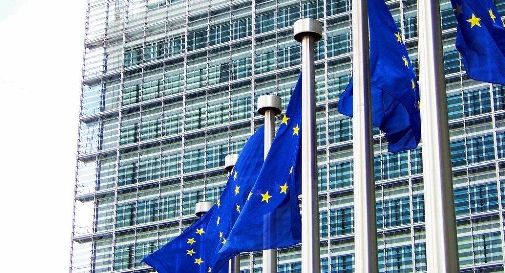 Evropské vlajky u budovy Evropské komise