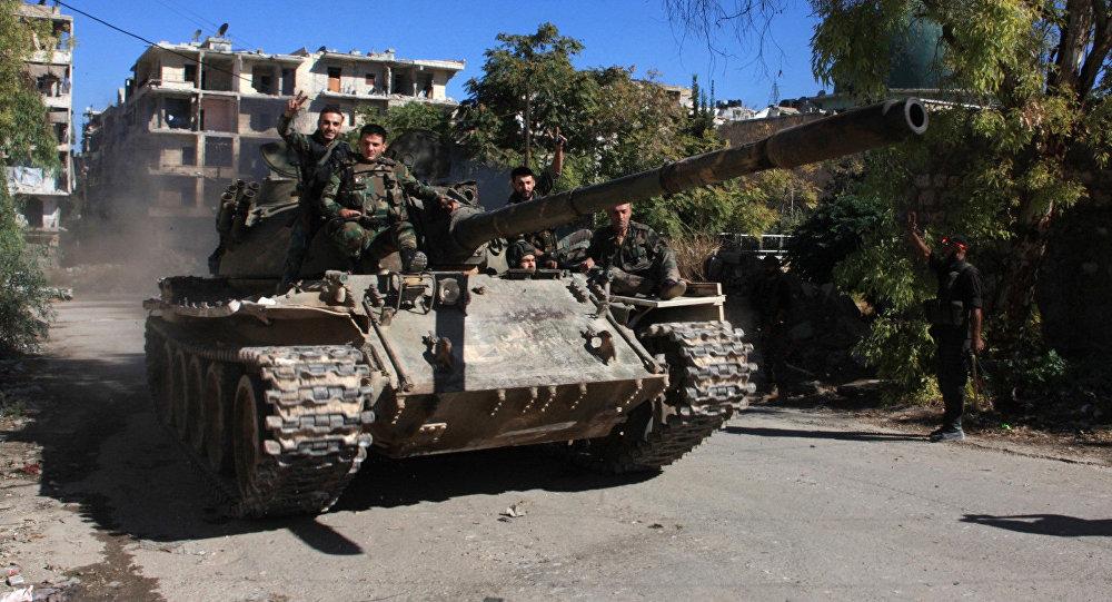 Syrští vojáci na T-55 ve východní části Aleppa, září 2016