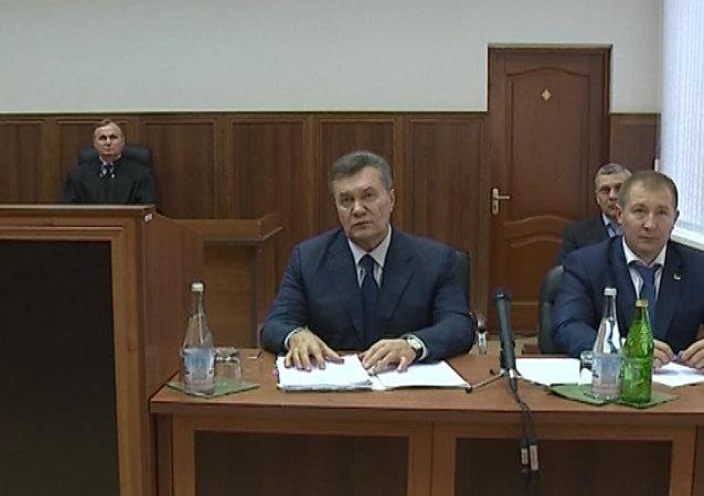 Kyjevský soud s pomocí videa vyslýchá bývalého prezidenta Ukrajiny Janukoviče