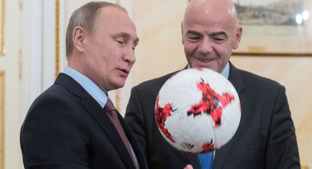 Prezident FIFA věnoval Putinovi míč Krasava