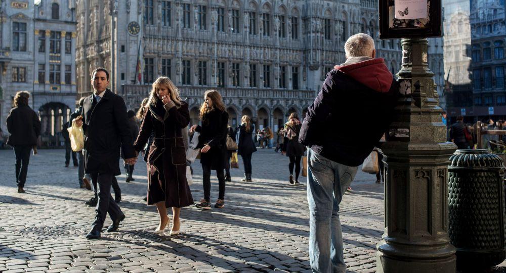 Kolemjdoucí na náměstí v Bruselu