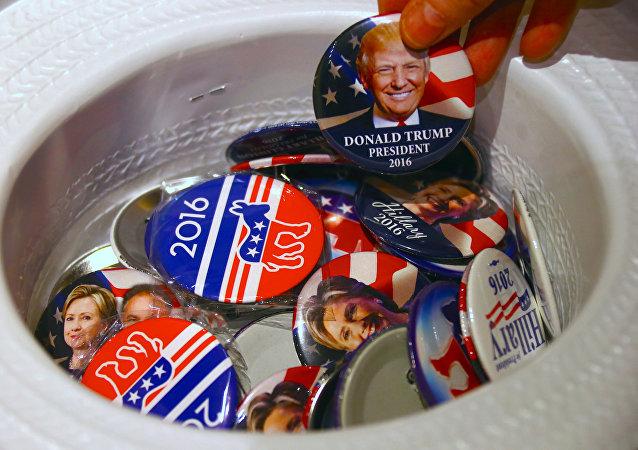 Odznaky se jmény Donalda Trumpa a Hillary Clintonové