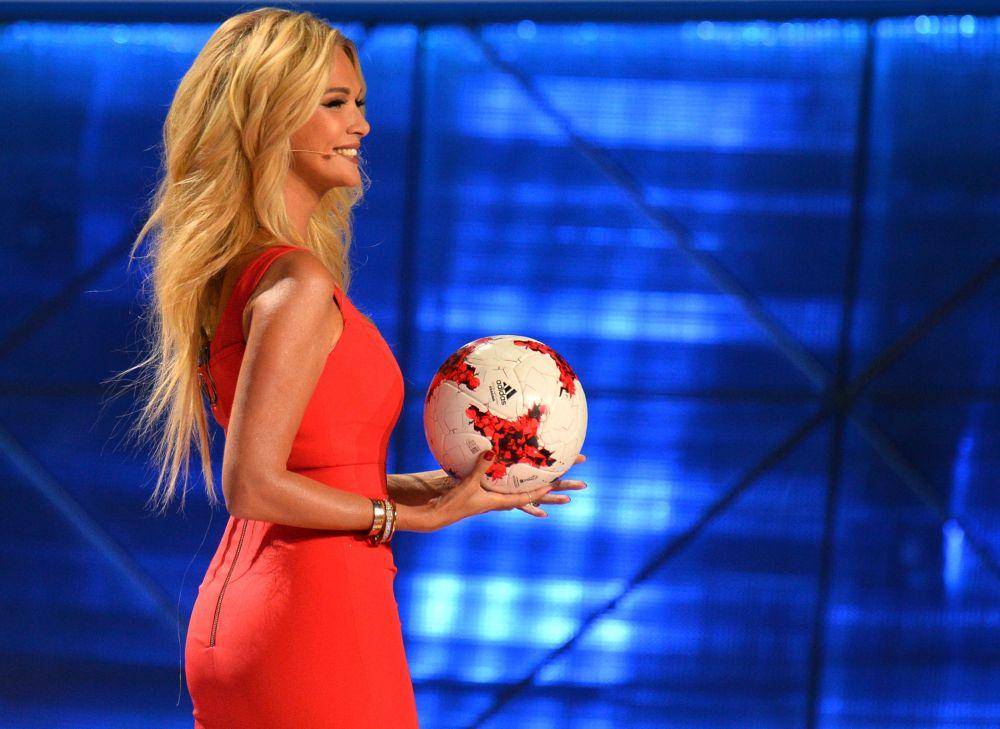 Ruska moderátorka a modelka Viktorie Lopyrevová během slavnostního losováni Konfederačního poháru 2017