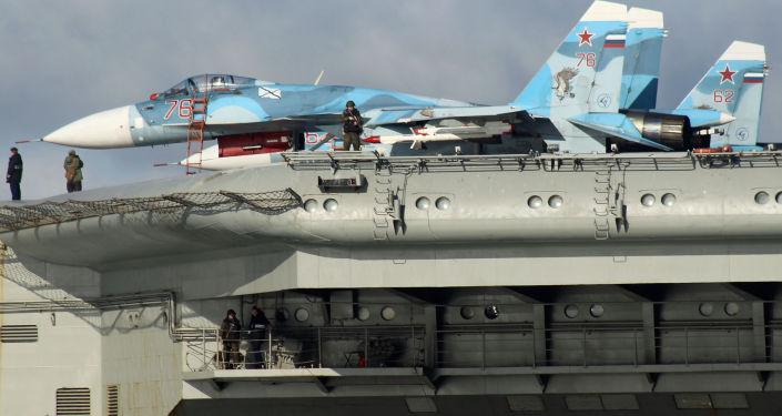 Stíhačky Su-33 na palubě letadlového křižníku Admirál Kuzněcov