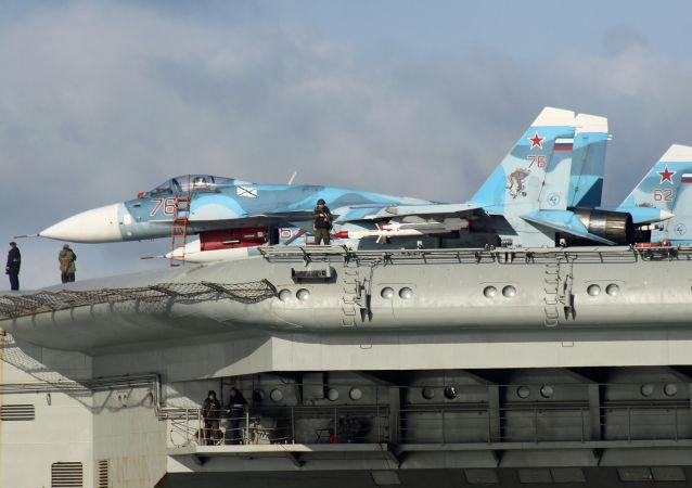 Stíhačky Su-33 na palubě letadlového křižníku Admirál Kuzněcov. Ilustrační foto