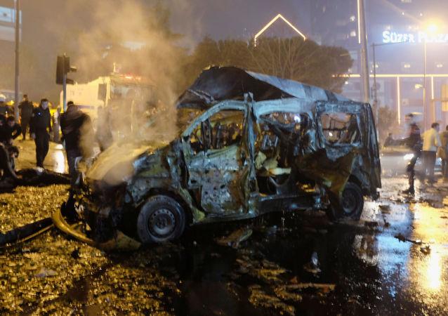 Shořelé auto po teroristickém útoku v Istanbulu