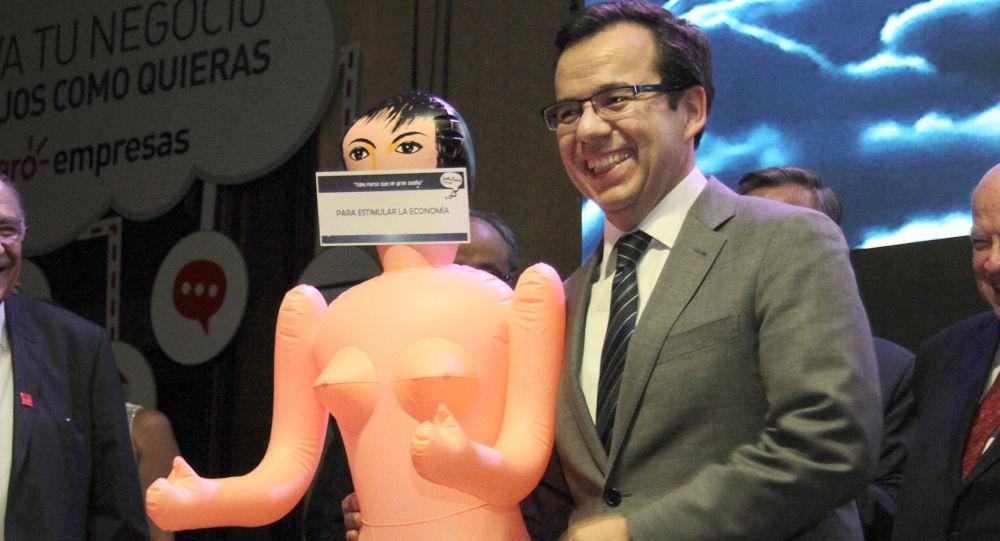 Chilský ministr hospodářství Luis Felipe Céspedes se sex panenkou