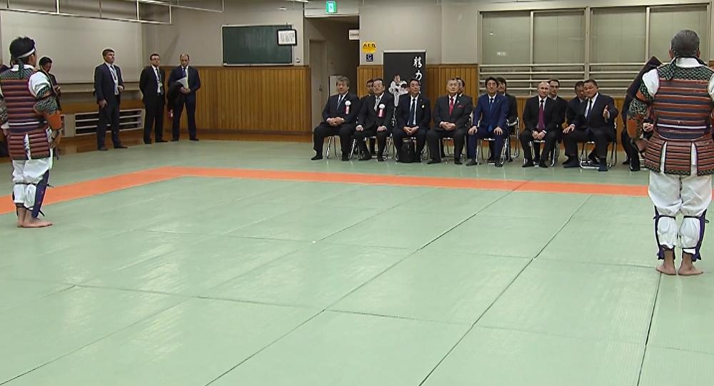 Putin a Abe sledují zápas v Judo