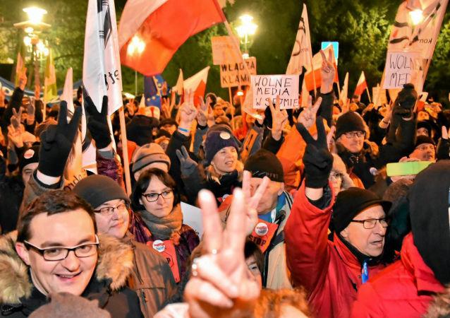 Demonstrace u budovy Sejmu