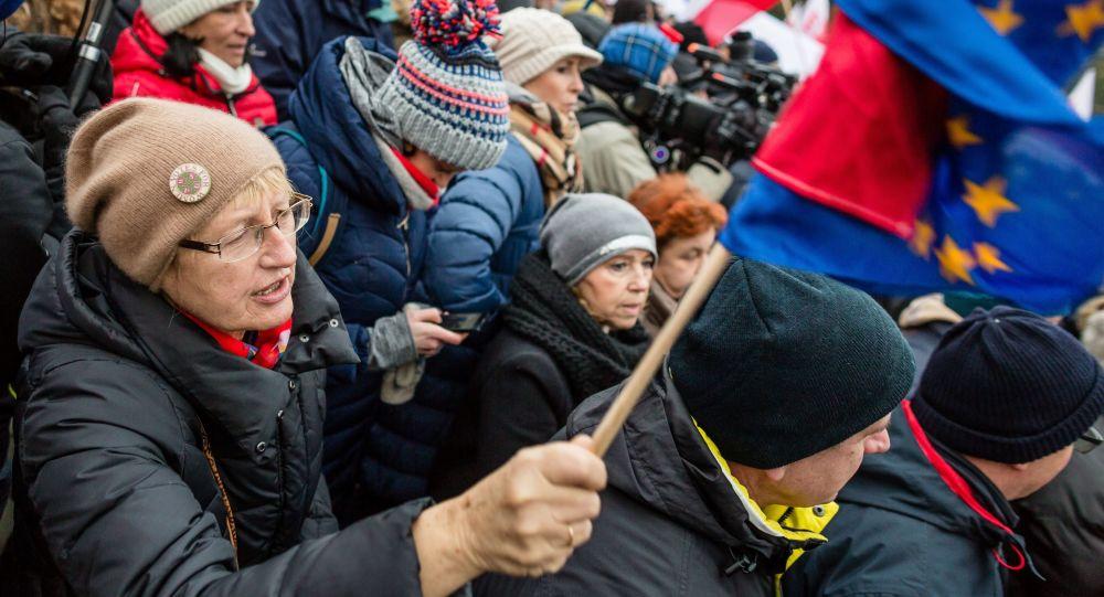 Třetí den protivládních protestů ve Varšavě