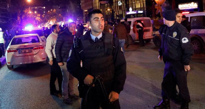 Turecká policie na místě vraždy velvyslance Andreje Karlova