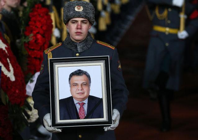 Přílet letadla s tělem velvyslance Andreje Karlova