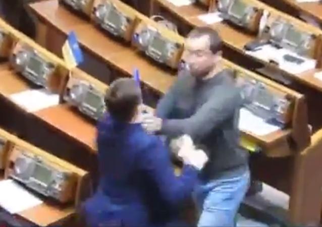 Na posledním letošním zasedání ukrajinského parlamentu propukla rvačka