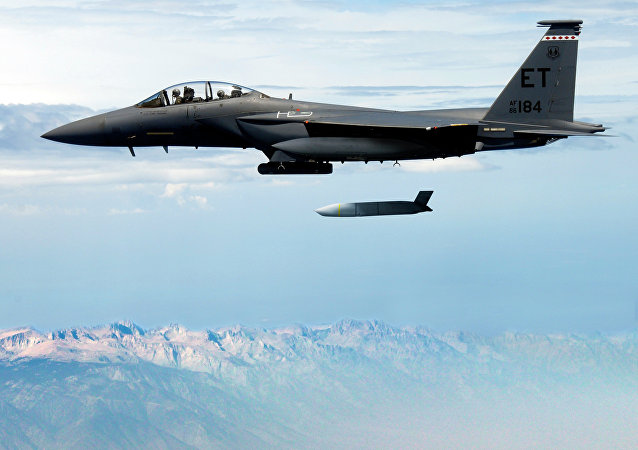 F-15E Strike Eagle shazuje střelu JASSM