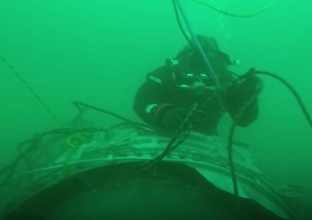 Potápěči na místě havárie letadla