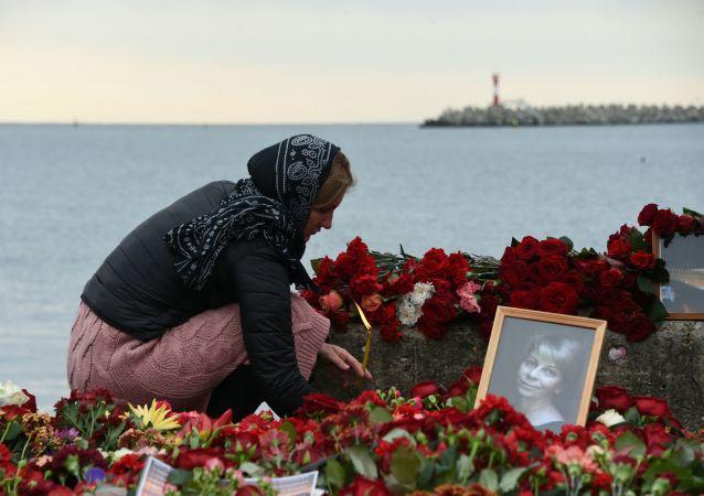 Květiny a svíce na památku obětí katastrofy Tu-154