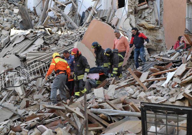 Pracovníci záchranných služeb vytahují lidi z trosek po zemětřesení v Itálii. Archivní foto