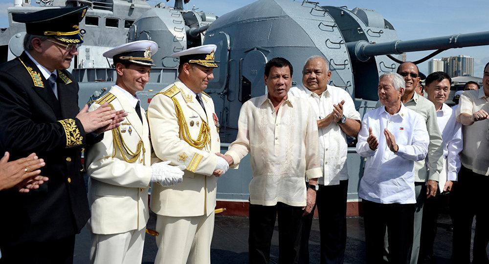 Rodrigo Duterte (4. z leva) na palubě lodi Admiral Tribuc v Manile