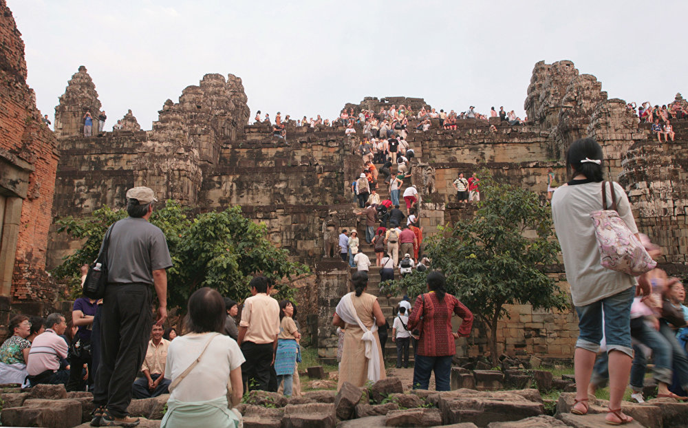 Tourists flock the stairs of Phnom Bakheng temple to see the sunset near the Temple of Angkor 22 November 2007, near siem Reap, Cambodia