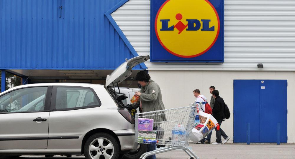Покупатели около супермаркета Lidl во Франции