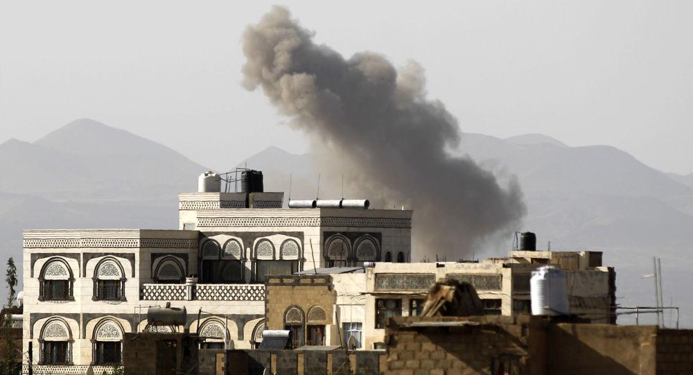 Kouř nad městem Sanná po bombardování Saúdskou Arábií