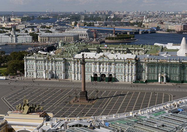Letní pohled na Zimní palác v Petrohradě