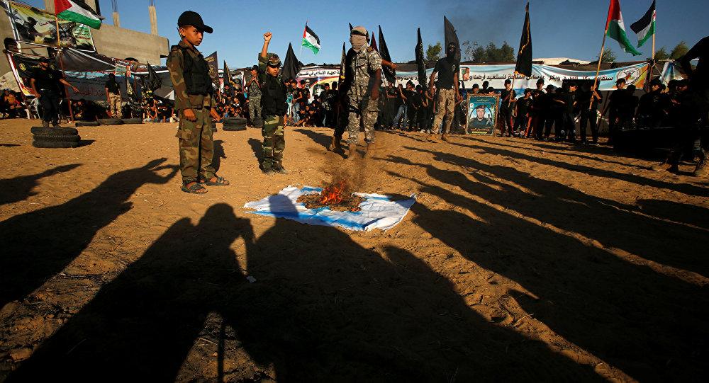 Palestinci spalují izraelskou vlajku