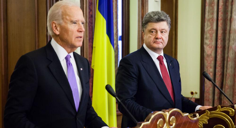 Úřadující viceprezident USA Joseph Biden s ukrajinským prezidentem Petrem Porošenkem