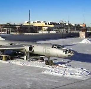 Montování letadla Tu-16LL
