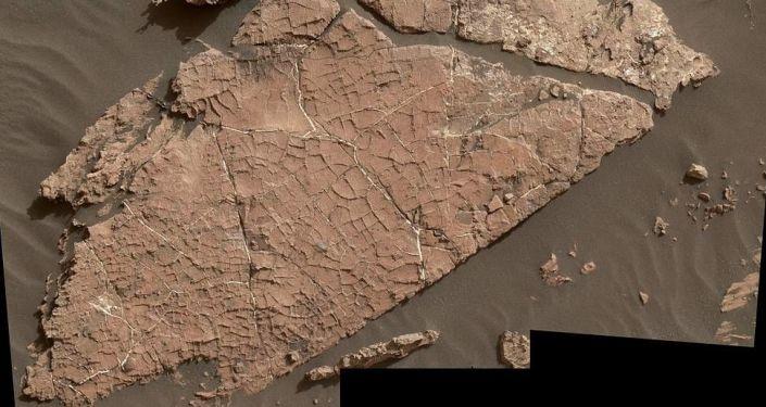 Hlína na Marsu popraskaná od vody