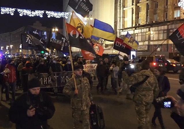V centru Kyjeva se střetli pravicoví radikálové s policií