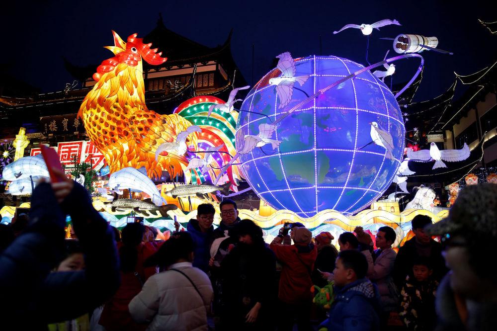 Obrovská lucerna v podobě kohouta v Šanghaji, Čína