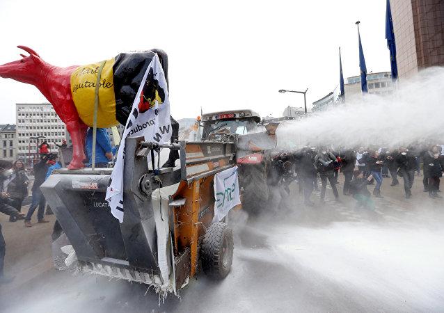 Mlékaři stříkají mléko na budovu Rady EU v Bruselu