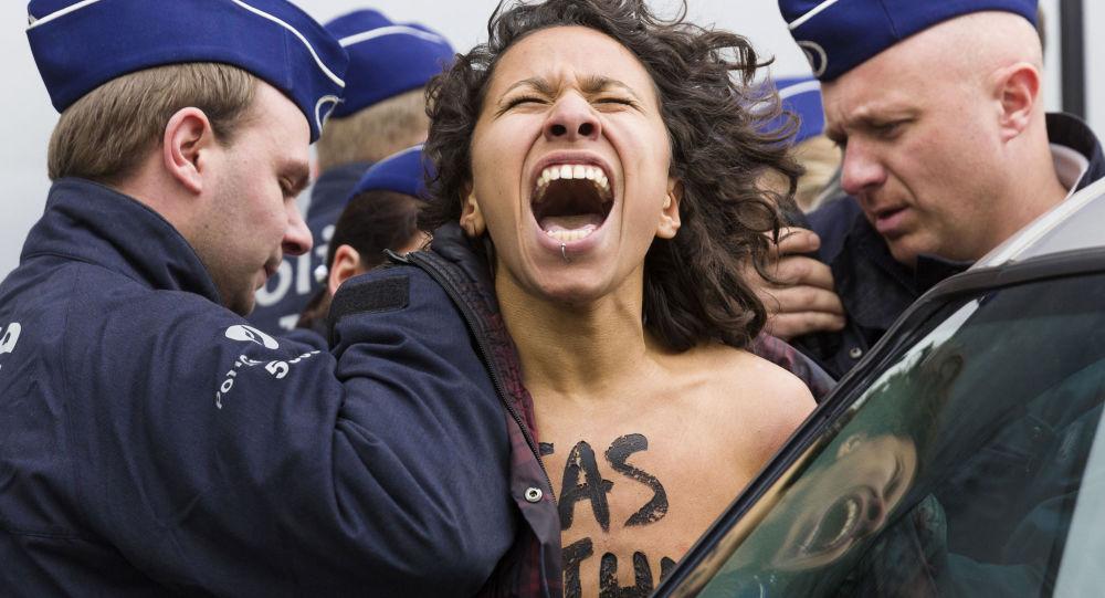 Aktivisktky FEMEN během shromáždění v Bruselu