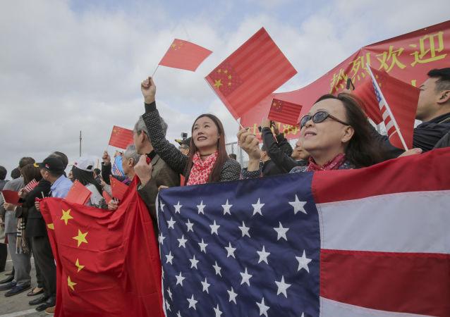Místní obyvatelé vítají čínské lodě v Kalifornii