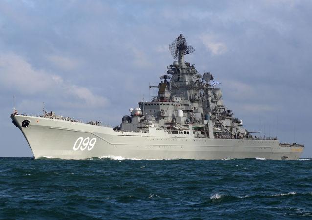 Těžký atomový raketový křižník Petr Veliký proplouvá průlivem La Manche