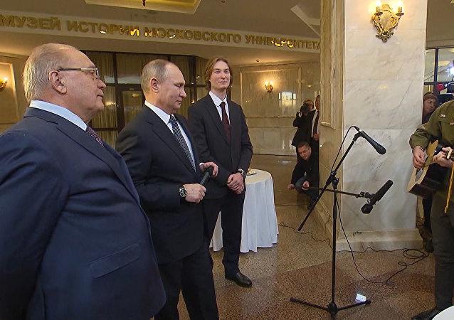 Vladimir Putin zapěl za doprovodu kytary