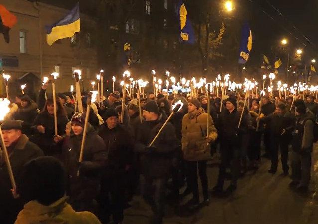 V Kyjevě se v den výročí bitvy se sovětskými vojáky konal pochodňový průvod