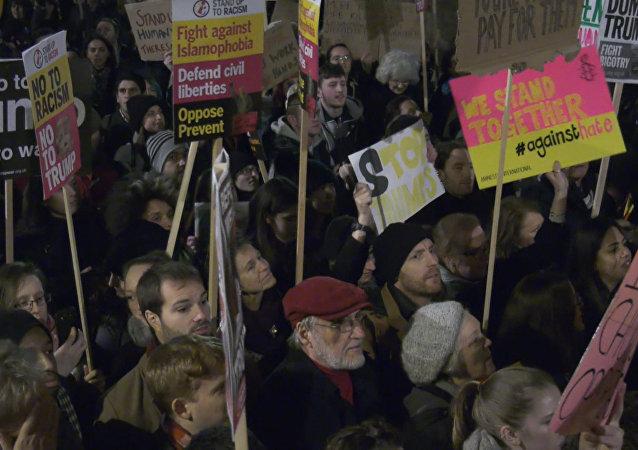 Desítky tisíc Britů protestovaly proti Trumpově rozhodnutí