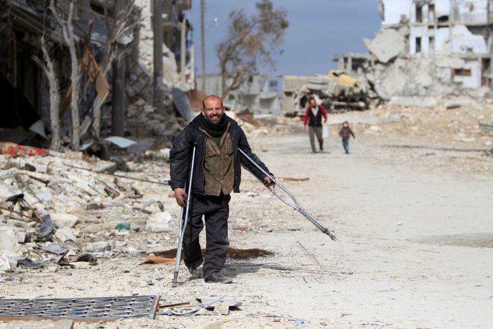 Syřan ve zničené čtvrti Aleppa