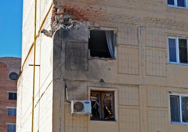 Obytný dům v Doněcku po ostřelování ukrajinskými ozbrojenými silami