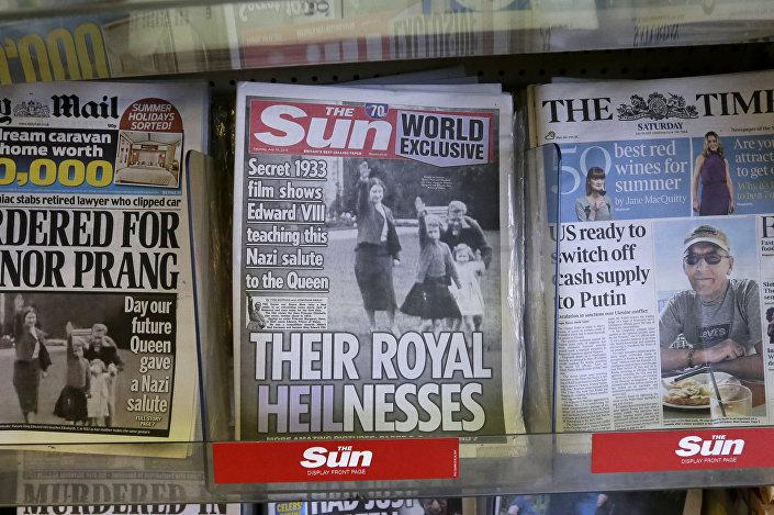 Budoucí královna Velké Británie Elizabeth II. zvedá ruku podle nacistického pozdravu