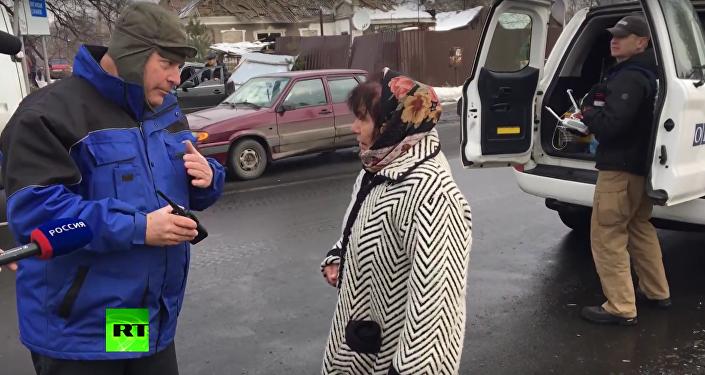 """""""Vezměte si Porošenka"""": obyvatelka Doněcku se obrátila k členovi mise OBSE"""