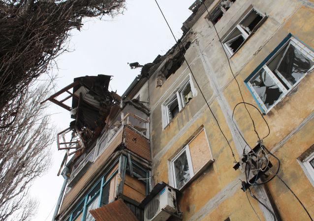 Dům poškozený během ostřelování v Doněcku