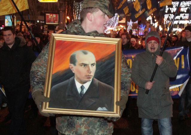 Muž s portrétem Stepana Bandery