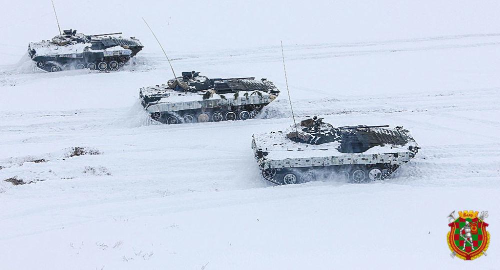 Běloruští vojáci použili noviny jako zimní kamufláž pro svoji techniku