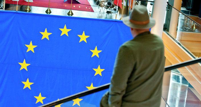 Muž se dívá na vlajku EU