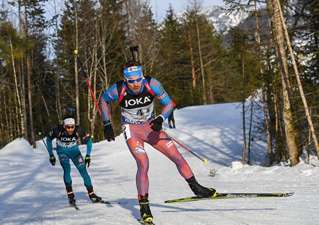 Biatlonisté Anton Šipulin a Martin Fourcade